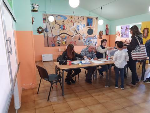 Mesa electoral en el comedor de un colegio de Collado Mediano