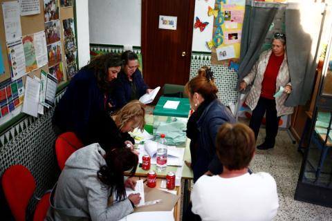 Una mesa electoral en Parauta, Málaga, en las elecciones andaluzas de 2018.
