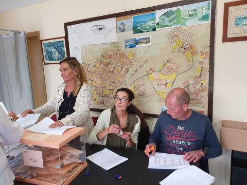 Mesa electoral en una inmobiliaria en Vallirana