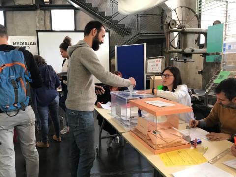 Mesa electoral en Medialab Prado