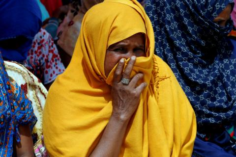 Un migrante es visto en un centro de detención en Trípoli, Libia