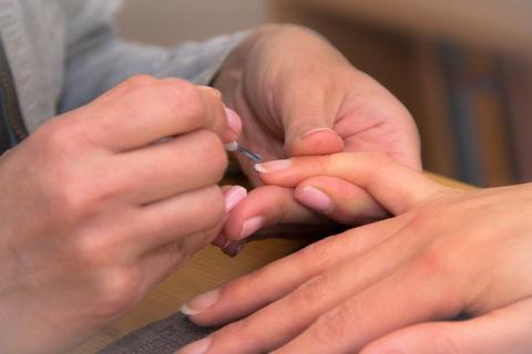 Morderse las uñas es terrible para el esmalte dental