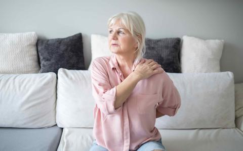 Mujer con dolor de hombro.