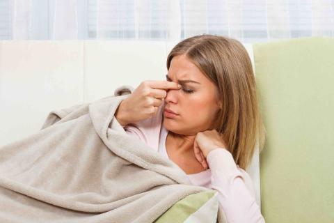 Mujer con dolor de nariz.