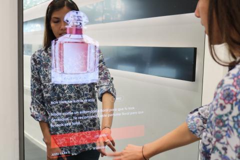 Mujer probando espejo con inteligencia artificial de Sephora.