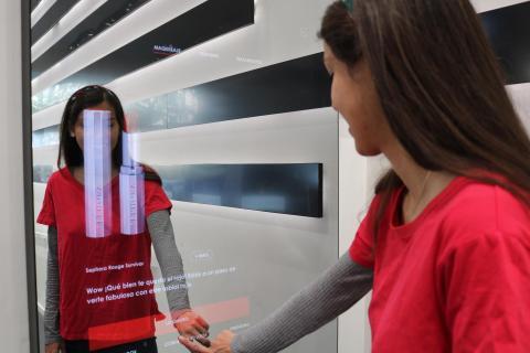Mujer probando el espejo con inteligencia artificial de Sephora.
