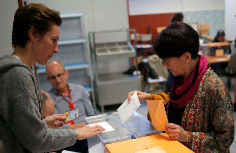 Una mujer vota en las elecciones generales de 2019 celebradas el 28 de abril.