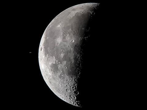 La ocultación de Saturno por la Luna, vista desde Sudáfrica el 29 de marzo de 2019, usando un smartphone montado en un telescopio.