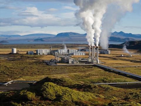 La planta de energía geotérmica Nesjavellir en Þingvellir, Islandia.