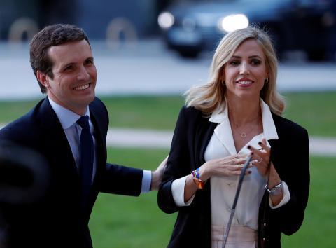 Pablo Casado junto a su mujer Isabel Torres a su llegada a RTVE para el debate de las Elecciones Generales 2019.