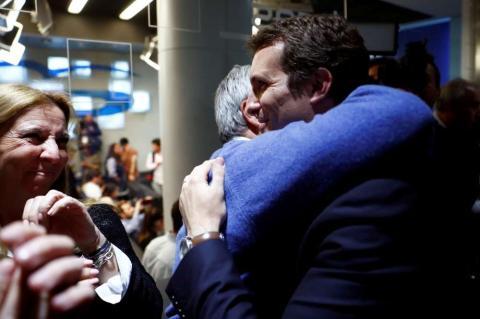 Pablo Casado recibe un abrazo tras las elecciones