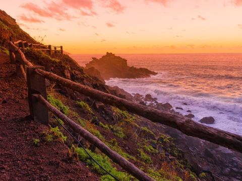 Camino a Playa Nogales al atardecer en La Palma, Islas Canarias, España.