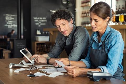 Una pareja revisa sus facturas