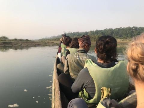 el paseo en canoa en chitwan