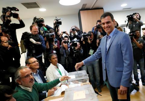 Pedro Sánchez vota en las Elecciones Generales 2019