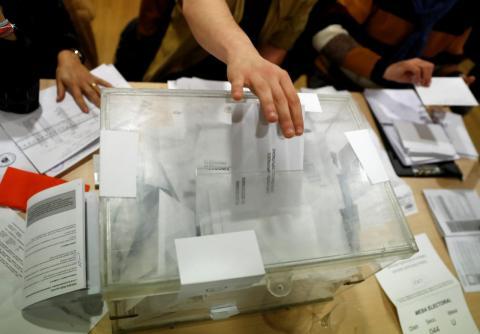 Una persona deposita su voto en una urna en las Elecciones Autonómicas Catalanas de 2017