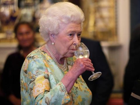 Mucha gente vive hasta una edad avanzada mientras bebe alcohol regularmente. Pero eso no significa que el hábito esté libre de riesgos.