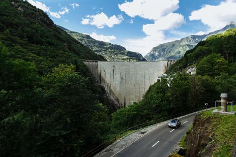 Presa en los Alpes suizos