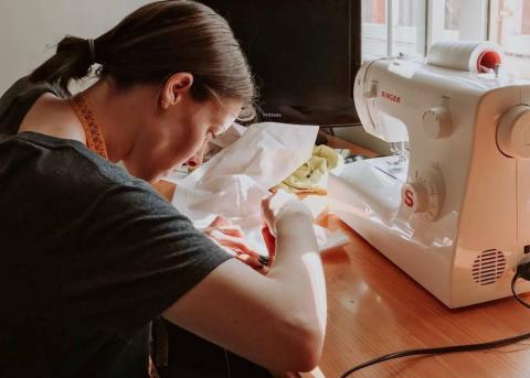 La familia de Anxo inauguró el reto cosiendo bolsas para evitar las de plástico.