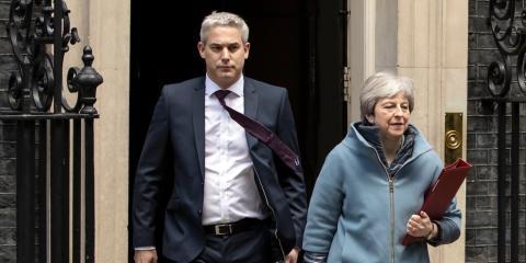 El secretario para el Brexit Stephen Barclay y la primera ministra Theresa May.