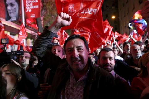 Simpatizantes del PSOE celebran los resultados