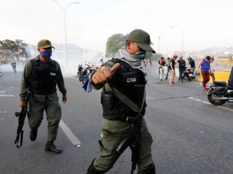 "Soldados fieles a Juan Guaidó en la ""Operación Libertad"""