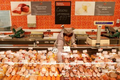 Una trabajadora en un supermercado Victoria, del grupo ruso Dixy Group, en Moscú.