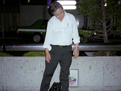"""El término """"inemuri"""", que se traduce como """"dormir de servicio"""" o """"dormir mientras está presente"""", describe un fenómeno cultural en Japón que elogia las siestas en público, lo que implica que un empleado se ha esforzado hasta el agotamiento."""