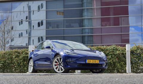 Tesla Model 3 en azul
