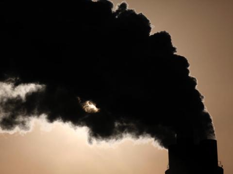 El humo sale de las chimeneas de una central eléctrica en Shanghai, el 5 de diciembre de 2009.