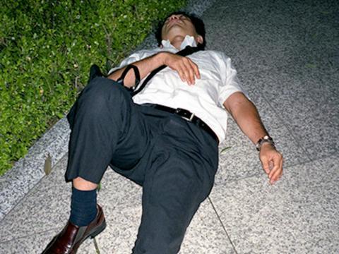"""Incluso hay un nombre para el fenómeno: karoshi, que se traduce en """"muerte por exceso de trabajo""""."""