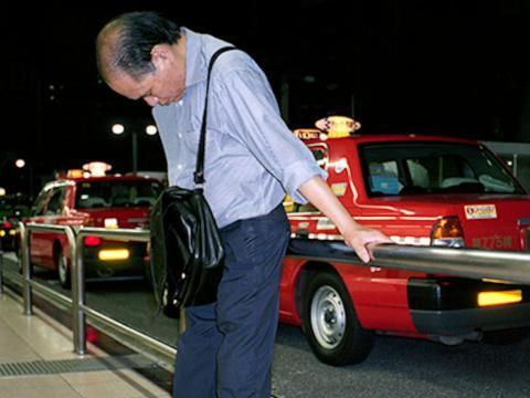 """""""Estos hombres son las víctimas de la vida moderna en Japón"""", dijo Jaszczuk a Business Insider."""