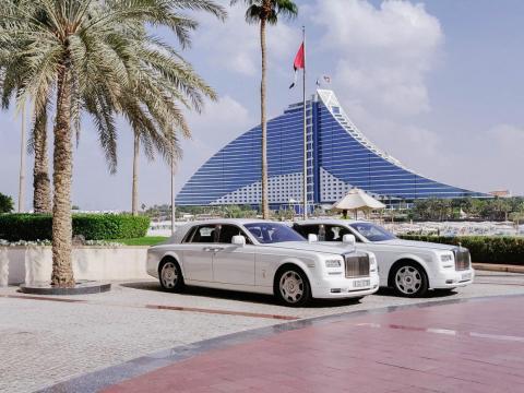 Dos coches Rolls-Royce esperando para recoger a los huéspedes.