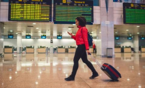 Una turista llega al aeropuerto de Barcelona El Prat