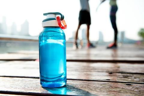 Usar botellas de agua reutilizables es una gran forma de ayudar a la Tierra