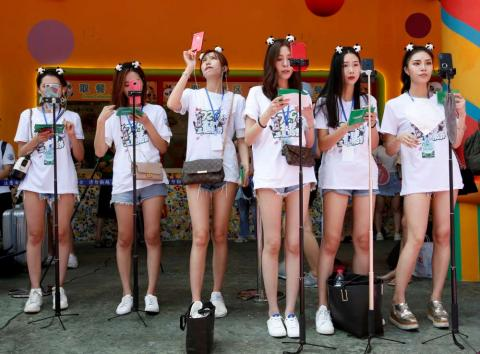 Video bloggers en China retransmiten un evento en directo.