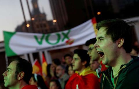 Votante de Vox bosteza esperando resultados