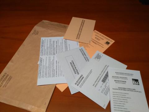 Sobre con papeletas para poder votar por correo.
