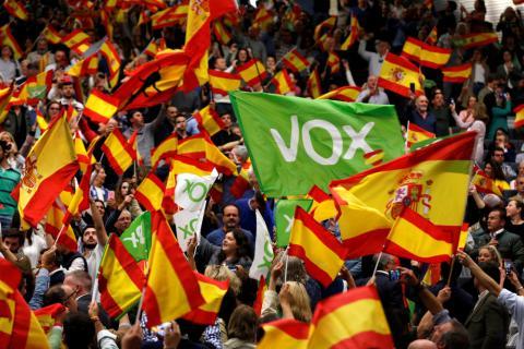 Partidarios de VOX ondean banderas españolas en un mitin electoral en Sevilla el 24 de abril de 2019.
