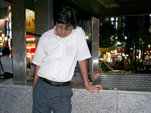 En las primeras horas de la noche, notó que hombres vestidos con trajes de negocios dormían en las calles de Tokio.