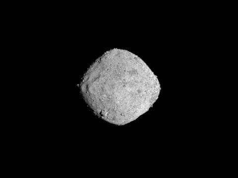La nave espacial OSIRIS-REx de NASA tomó esta imagen del asteroide Bennu en Noviembre 16, 2018, desde una distancia de 85 millas (136 kilómetros).