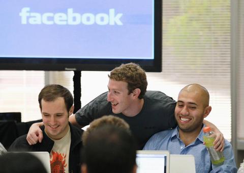 Mark Zuckerberg, CEO de Facebook, con sus empleados