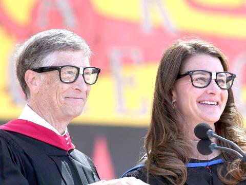 11. De acuerdo con la Administración del Seguro Social, el hombre estadounidense promedio con una licenciatura ganará alrededor de 2,2 millones de dólares en su vida. Gates lo hace en poco más de una hora y media.