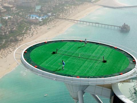 Vista aérea de las estrellas del tenis Andre Agassi y Roger Federer jugando en 2005.