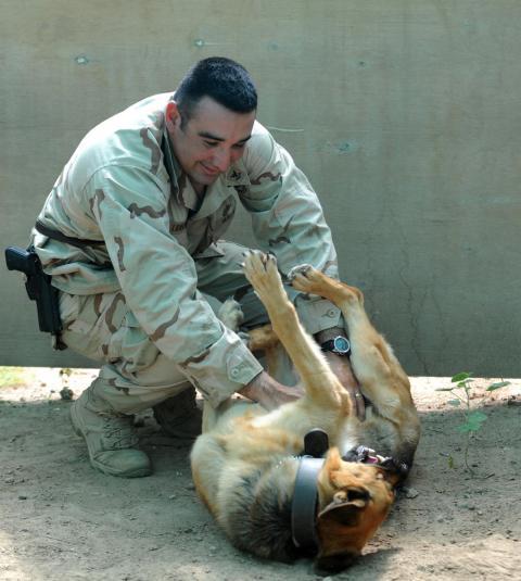 El suboficial de 2ª Clase de la US Navy, Victor Longoria, comparte un momento divertido con su compañero, Timmy, tras el entrenamiento, 16 de abril de 2009