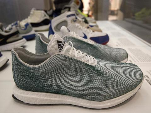 9. Adidas comenzó a utilizar materiales reciclados para la industria textil en su colaboración Adidas x Parley para los océanos en 2015.