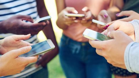 Adolescentes con móviles