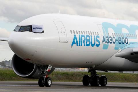 Un avión Airbus A330-800 aterriza después de una presentación de un vuelo en Colomiers cerca de Toulouse.
