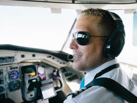 Un piloto en la cabina de un avión.
