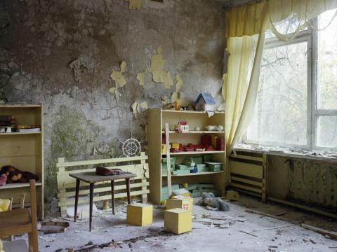 Estanterías y juguetes, guardería, Pripyat, 1997.